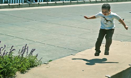 Niño ejercitándose